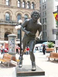 «Terry Fox Statue db» de User:Dickbauch - Trabajo propio. Disponible bajo la licencia CC BY-SA 3.0 vía Wikimedia Commons -